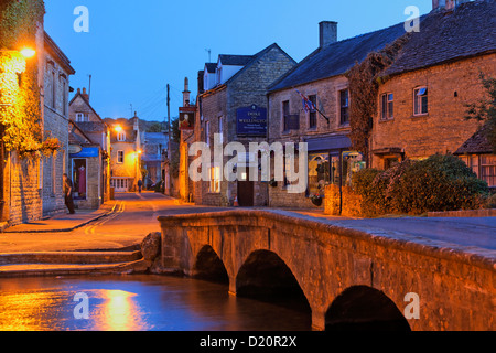 Fiume Windrush in serata, Bourton-on-the-acqua, Gloucestershire, Cotswolds, Inghilterra, Gran Bretagna, Europa Foto Stock