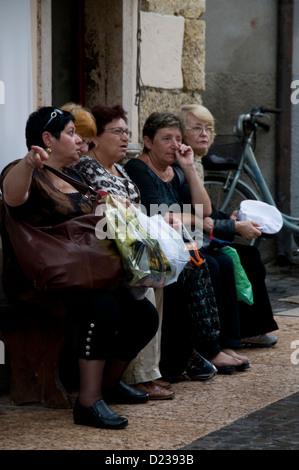 Un gruppo di donne italiane avente una mattina gossip Lazie,Lago di Garda,l'Italia. Foto Stock