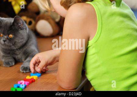 Bambina lerns in camera sua. Foto Stock