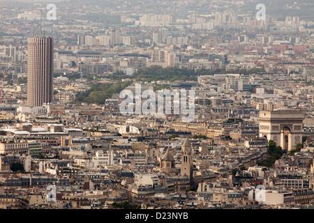 L'Arc de Triomphe e l'Hotel Concorde La Fayette (torre) a Parigi - Vista dalla Tour Montparnasse Foto Stock