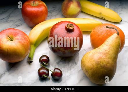 frutta su marmo Foto Stock