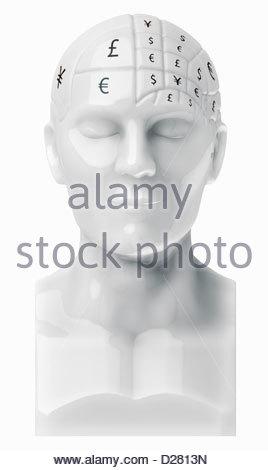 Simboli di valuta che coprono cervello sul busto Foto Stock
