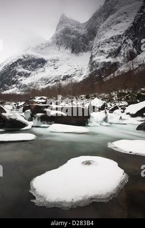 Rauma river e il picco Semletind nella valle Romsdalen, Rauma kommune, Møre og Romsdal, Norvegia. Foto Stock