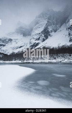 In inverno la valle Romsdalen, Norvegia. Fiume Rauma in primo piano e il Troll parete e Trolltindane in background. Foto Stock
