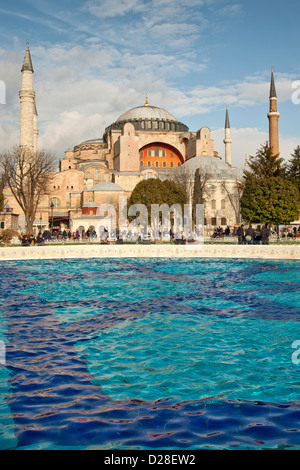 HAGIA SOPHIA ( Aya Sofya Sancta Sofia ) moschea e Museo sito UNESCO con fontana a Piazza Sultanahmet Park Istanbul Foto Stock