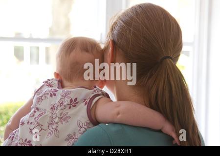 Mother & Baby guardando fuori della finestra Foto Stock