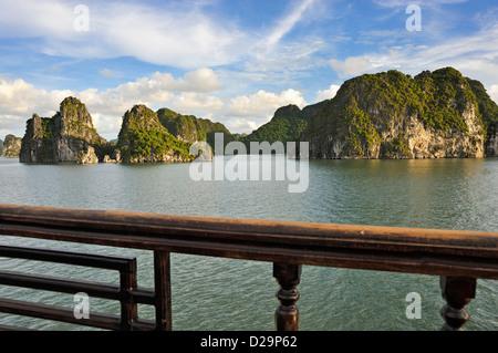 La Baia di Ha Long, Vietnam la sera dal ponte di una nave da crociera Foto Stock