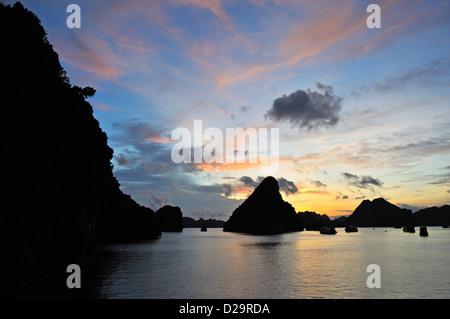 Vista a Halong Bay, Vietnam al tramonto Foto Stock