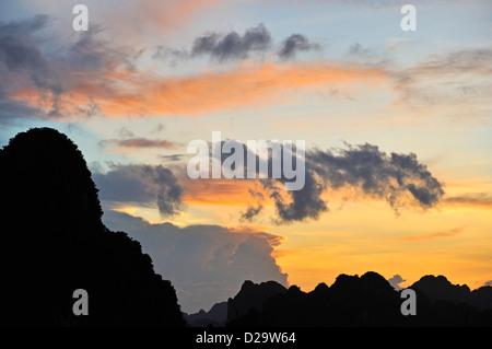 Vette carsiche a Halong Bay, Vietnam al tramonto Foto Stock