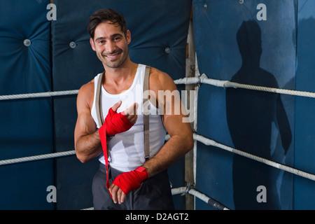 Incarto Boxer i polsi in ring Foto Stock