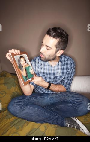 L'uomo con la ragazza sul tablet pc Foto Stock