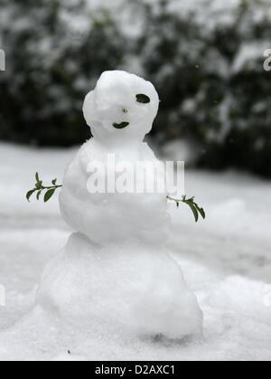 Piccolo PUPAZZO DI NEVE IN Leicester Square generale viste neve intorno a Londra Londra Inghilterra REGNO UNITO Foto Stock