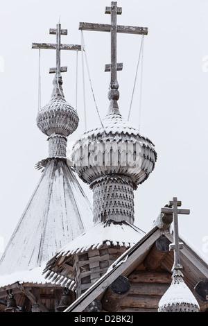 Le cupole di legno e le croci della vecchia chiesa ortodossa Foto Stock