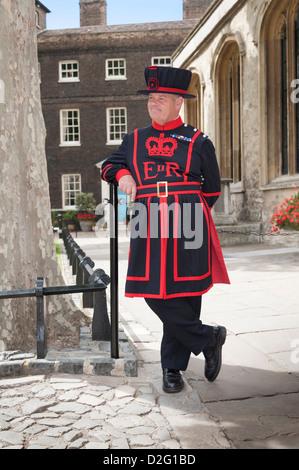 Beefeater, un Yeoman Warder guard rilassante mentre sul dovere di motivazione della Torre di Londra. Città di Londra Foto Stock