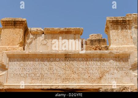 Leptis Magna. La Libia. Una iscrizione dedicatoria presso il teatro di epoca romana. Il Teatro fu costruito intorno Foto Stock