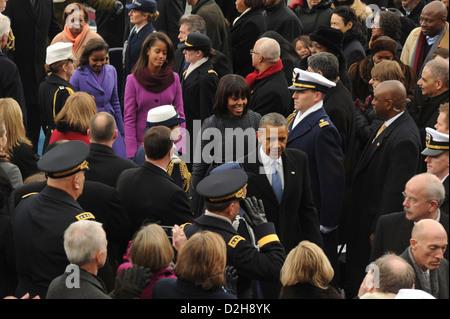 Il Presidente Usa Barack Obama e la prima famiglia fanno il loro modo fuori la piattaforma durante la 57th inaugurazione Foto Stock