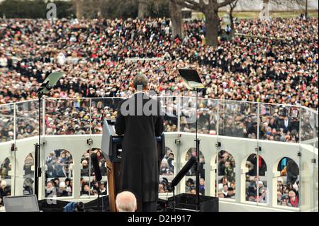 Il Presidente Usa Barack Obama affronta la folla durante il suo discorso alla 57th inaugurazione presidenziale sul Foto Stock