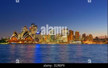 Opera House di Sydney e il Sydney skyline, Sydney, Nuovo Galles del Sud, Australia Pacific Foto Stock