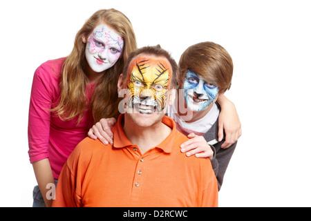 Un gruppo di persone con face painting geisha girl Wolf e tiger sorridente su sfondo bianco Foto Stock