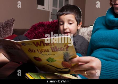 La Madre insegna ai bambini di leggere Foto Stock