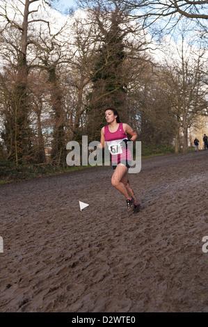 Cross Country Championships senior e tra le giovani ragazze condizioni estremamente fangose su un pendio di estensione Foto Stock