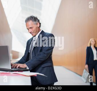 Uomo d affari con computer portatile Foto Stock