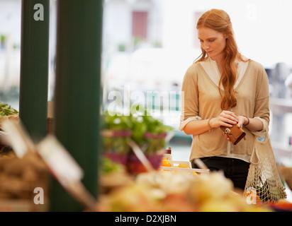 Donna shopping nel mercato all'aperto Foto Stock