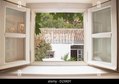 Sole che splende attraverso la finestra della cucina Foto Stock