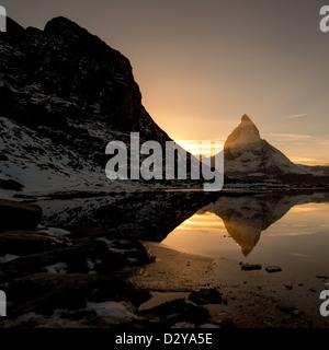 Cervino dal Riffelsee lago di montagna al di sopra di Zermatt, Svizzera Foto Stock