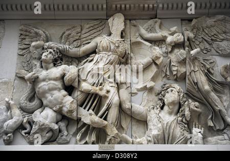 Altare di Pergamon. Oriente fregio. Athena prendendo Alcyoneus dai capelli mentre sua madre, Gaia, lascia il terreno. Foto Stock