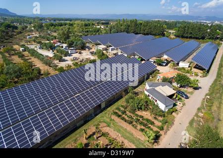 Pannelli solari su commerciale serre per la produzione di cibo e di vista aerea, Roquebrune-sur-Argens, regione Foto Stock