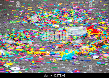Coriandoli colorati, spreco di carta su una strada e dopo una sfilata di carnevale. Foto Stock