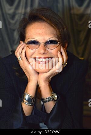 """(Dpa) - Claudia Cardinale, attrice Italiana, pone nel corso di una conferenza stampa a Monaco di Baviera, 1.3.2002. Ha ricevuto un premio film dal tedesco tv privata canale 'Kabel 1' nel corso di una serata di gala. Il 'Kabel 1' pubblico chozen aveva il suo 1969 film """"C'era una volta il West"""" come """"il migliore film di tutti i tempi""""."""