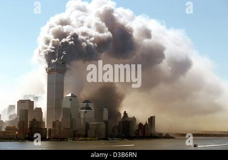 (Dpa) - nuvole di fumo salire dalla combustione piani superiori appena prima le torri gemelle del World Trade Center Foto Stock