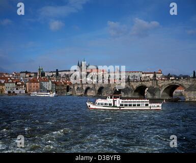 (Dpa file) - Una vista sul fiume Moldava per il Ponte Carlo e il castello di Hradcany complesso in Praga, Cechia, marzo 2002. Costruito nel IX secolo dal principe Booivoj, il castello si è trasformata da una fortezza in legno circondato da bastioni di terracotta per la forma imponente che ha oggi. Foto Stock