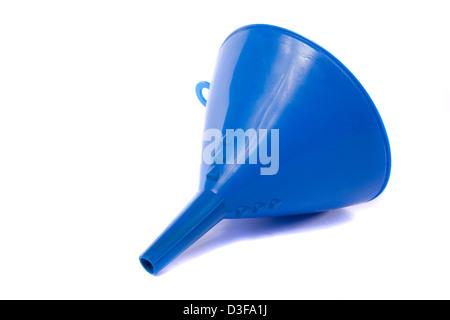Vista ravvicinata di un imbuto di blu per l'uso con acqua o olio isolati su uno sfondo bianco. Foto Stock