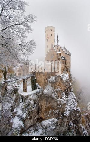 La più bella e romantica di Schloss Lichtenstein nelle Alpi sveve, Germania sorge arroccato su un precipizio in un freddo giorno di inverno Foto Stock