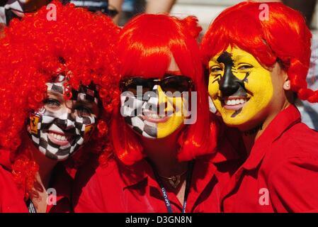... uno stadio · (Dpa) - Un gruppo di tifosi Ferrari con dipinto e vestito  di rosso costumi bac985c39ee