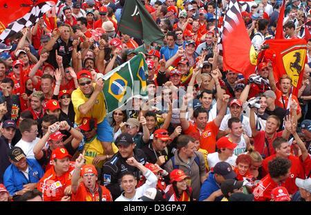 Gruppo di fan vestiti di rosso il colore prende un selfie nelle ... 02bcd4dd7ba