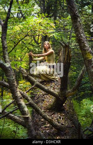 Ragazza bionda in una foresta magica Foto Stock
