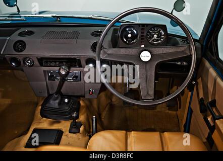Sedile di guida e il volante di inizio vintage British Land Rover Range Rover Foto Stock