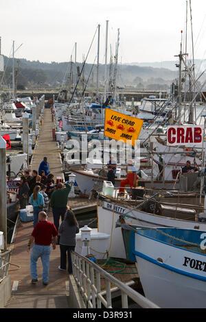I pescatori di granchio vendendo granchi freschi dalle loro barche sul dock a Pilastro punto, Half Moon Bay California Foto Stock