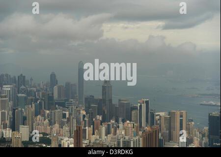 Una vista sul centro di Hong Kong in una nebbiosa mattina tempesta