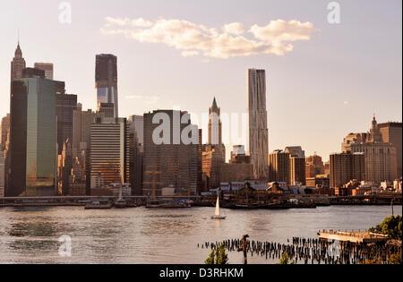 Vista al tramonto di Lower Manhattan e il South Street Seaport da Brooklyn Pier Foto Stock