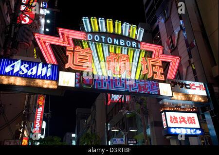 Insegna al neon annuncia la voce al Dotonbori Street restaurant e il quartiere del divertimento di Namba di Osaka. Foto Stock