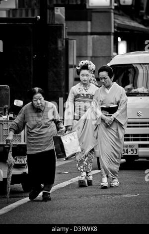 Tre generazioni geishe sulle strade di Kyoto, Giappone Foto Stock