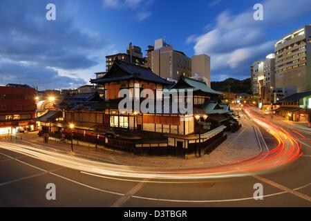 Dogo Onsen e sullo skyline della città di Matsuyama, Giappone. Dogo Onsen è uno dei più famosi bagni termali case Foto Stock