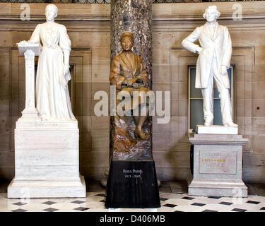 Una statua di diritti civili attivista Rosa Parks sorge nella statuaria nazionale Hall in Campidoglio degli Stati Uniti dopo essere stata svelata Febbraio 27, 2013 a Washington, DC. Rosa Parks, il cui arresto nel 1955 per aver rifiutato di cedere la sua sede su un bus separato per un passeggero bianco ha contribuito a infiammare il moderno American movimento per i diritti civili. Questa statua in bronzo raffigura parchi seduto su di una roccia-come formazione di cui lei sembra quasi una parte, che simboleggia il suo famoso rifiuto di rinunciare al suo sedile dell'autobus. La statua è vicino a nove metri di altezza compreso il suo piedistallo.