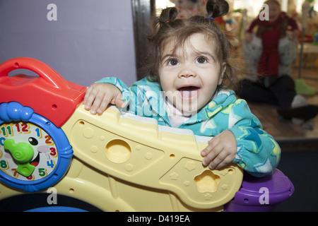 Smart i ragazzi sono per noi un ambiente multiculturale la scuola materna e early learning center di Brooklyn, New Foto Stock
