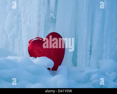 Cuore freddo sulla formazione di ghiaccio nel castello di ghiaccio. Foto Stock
